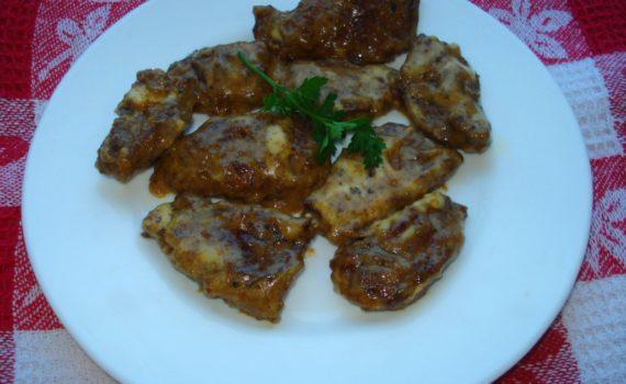 Печень говяжья тушеная в сметане с сыром