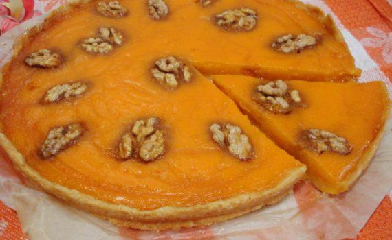 Открытый тыквенный пирог с орехами и медом