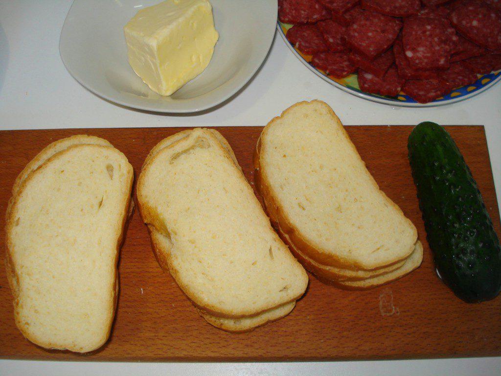 Классический бутерброд с колбасой