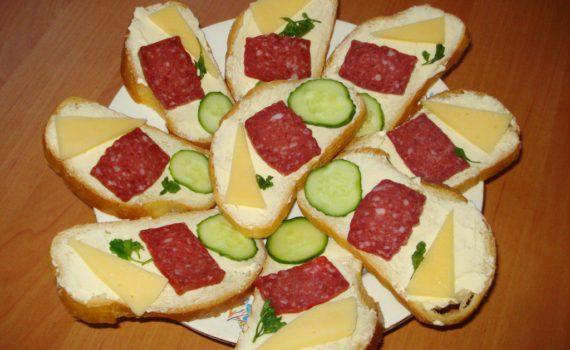 Бутерброды с колбасой, сыром и огурцом