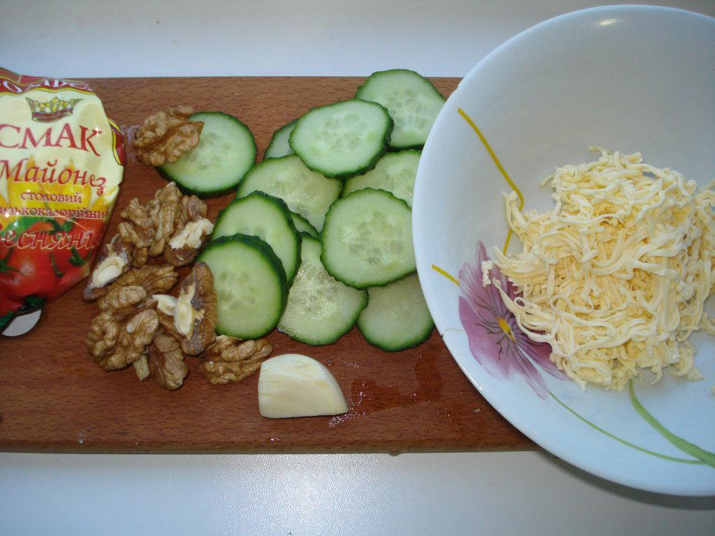 Закуска из огурца, сыра и грецких орехов