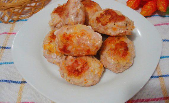 Куриные котлеты с начинкой из сыра и тыквы в мультиварке