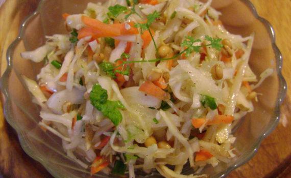 Салат витаминный из капусты, моркови и топинамбура