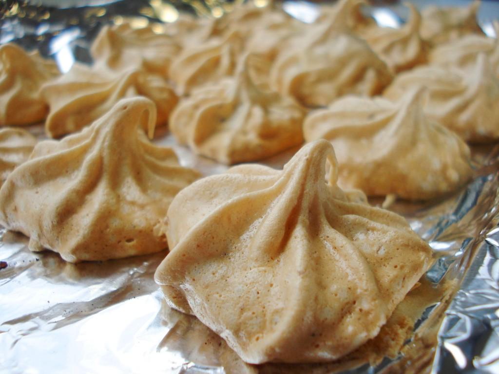 Воздушные домашние пирожные меренги с орехами