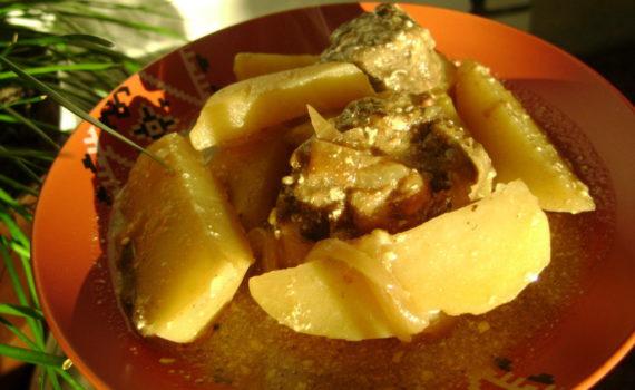 Картошка тушеная с печенью говяжьей и луком в сметане
