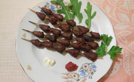 Мини-шашлык из куриных сердец на шпажках в духовке