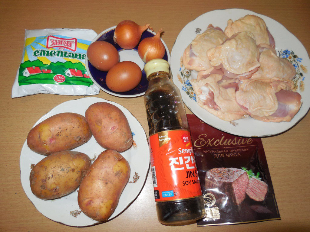 Картошка с куриными бедрами под сметанным соусом запеченная в духовке