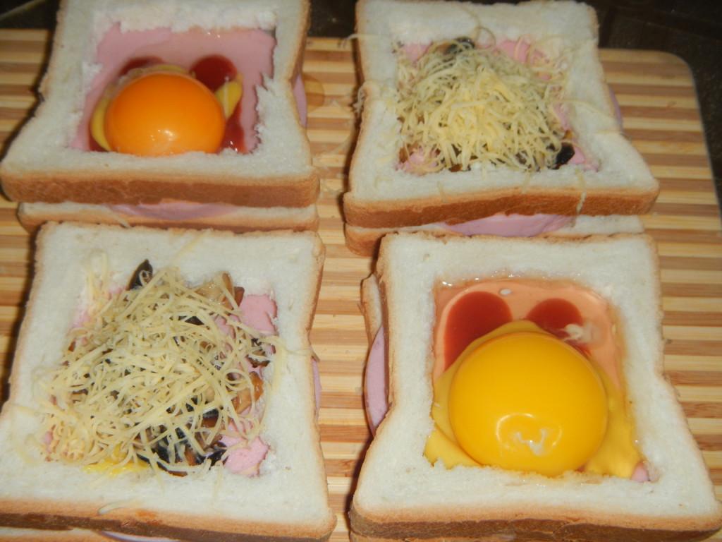 Горячие бутерброды с яйцом всмятку, колбасой и грибами в духовке
