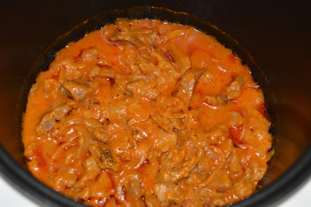 Бефстроганов из свинины со сметаной и томатной пастой в мультиварке