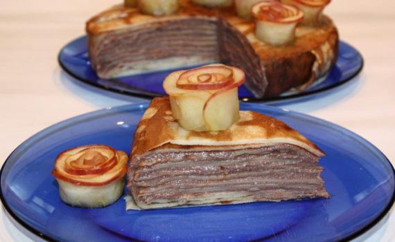 Блинный пирог с творогом и яблочными розами