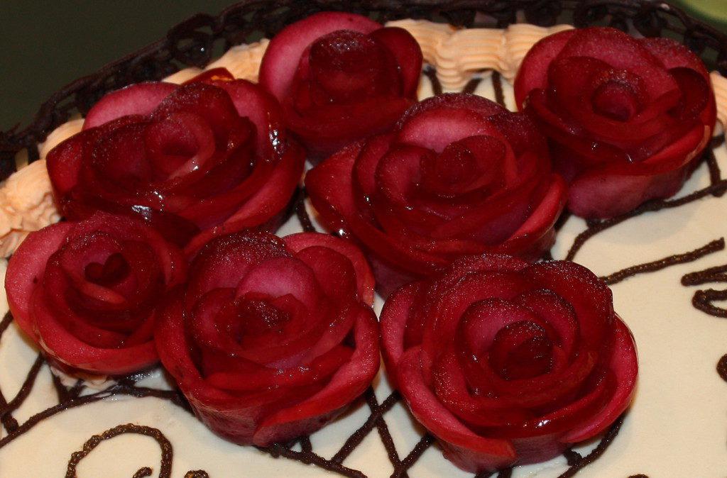 Украшение из роз на торте