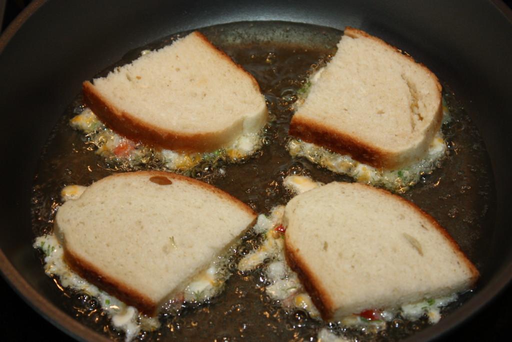 Простые горячие бутерброды на сковороде