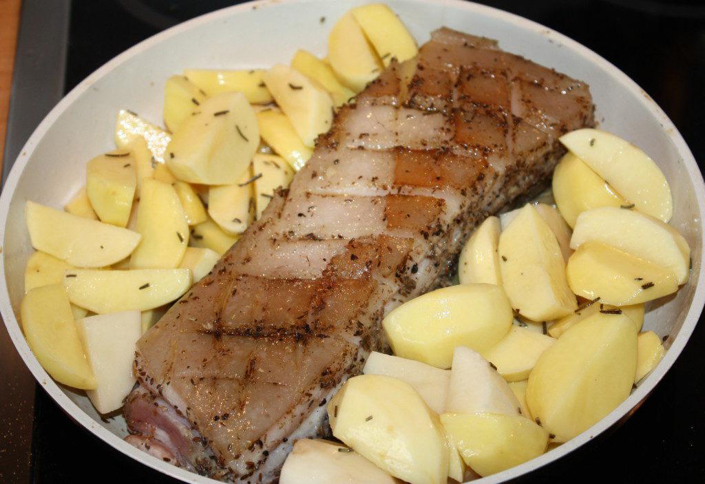 Грудинка с картофелем перед запеканием