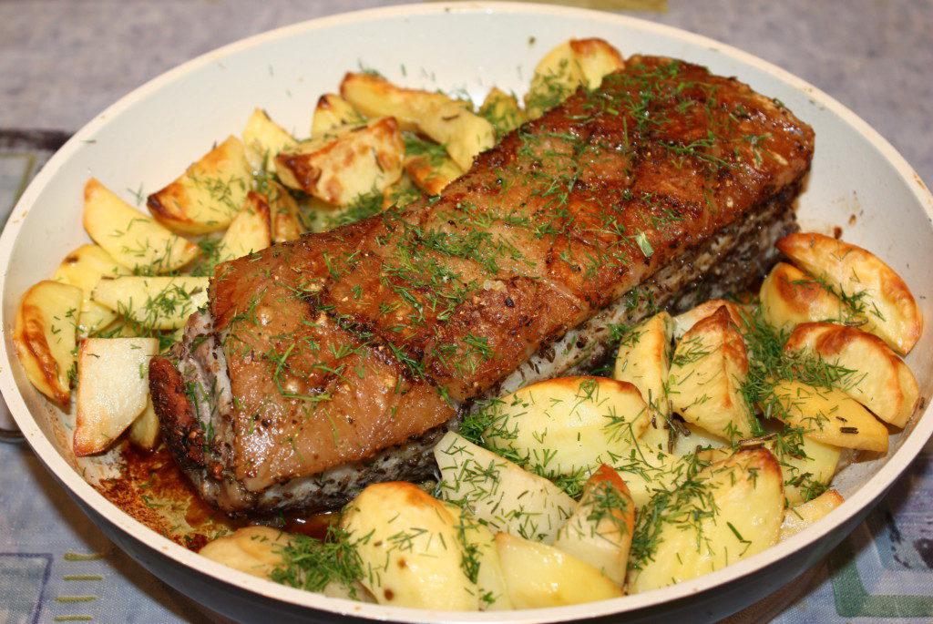 Свиная грудинка, запеченная в духовке с картошкой
