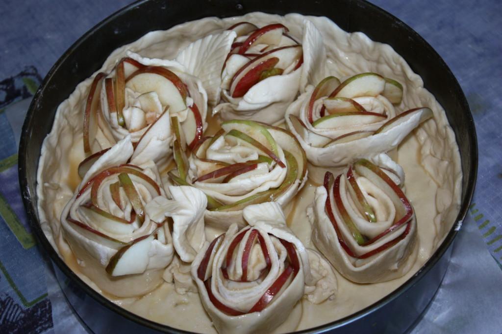 Яблочные розы из слоеного теста - простой и быстрый яблочный пирог