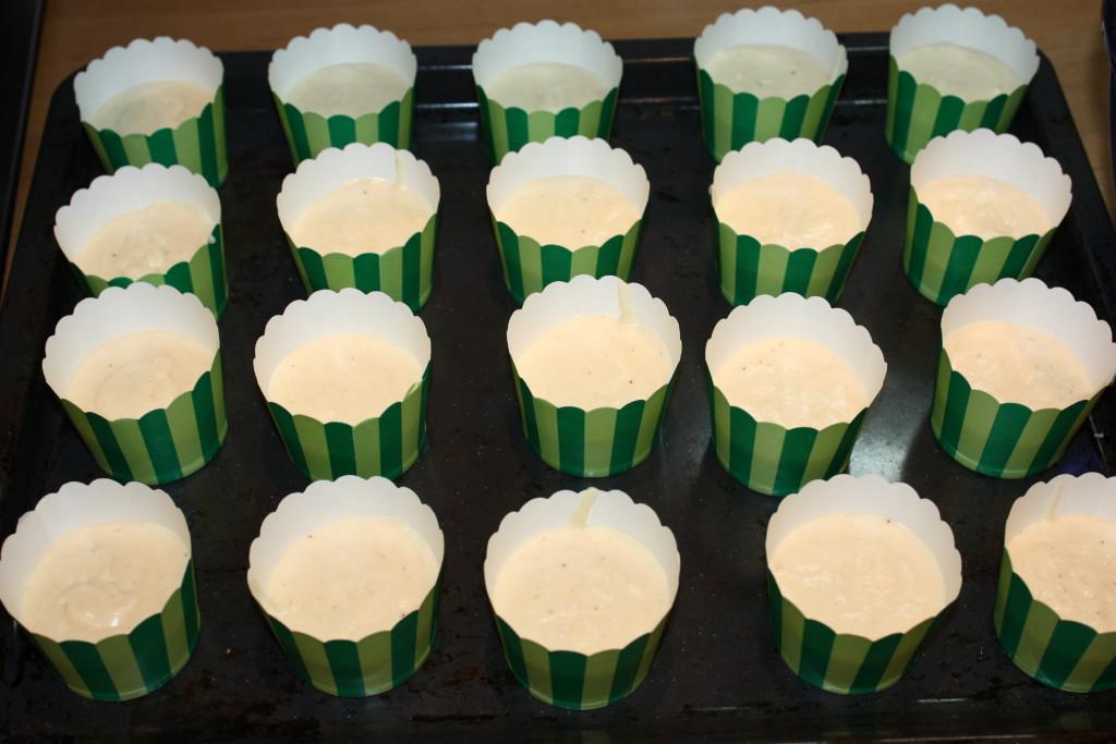 Простые кексы с кремом сверху