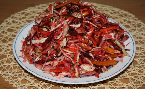 Витаминный салат из капусты и других свежих овощей