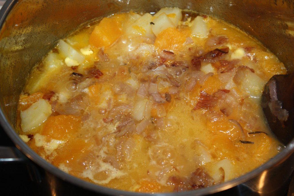 Картофель с тыквой в бульоне для супа-пюре