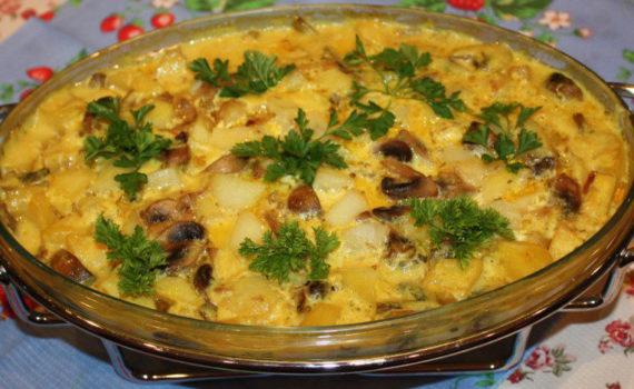 Запеченная в духовке картошка с грибами в сметанном соусе