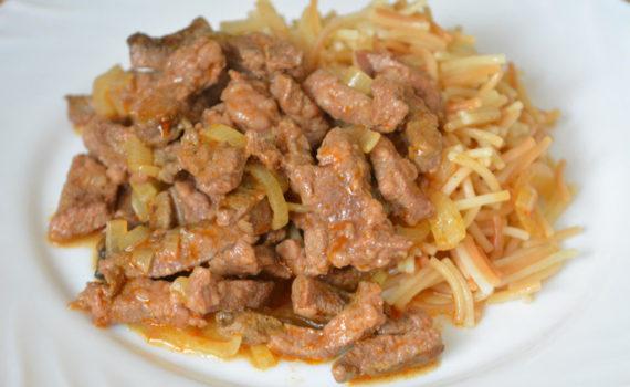 Свиная печень тушеная с луком и томатной пастой на сковороде