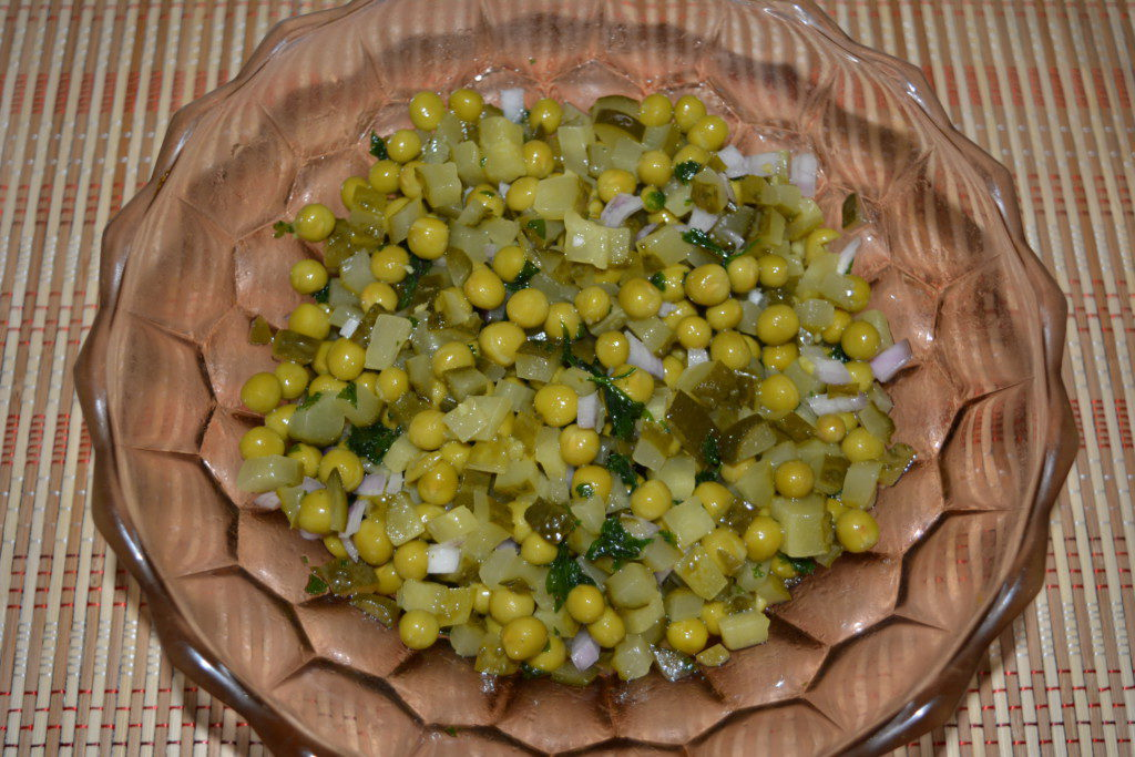 Салат из маринованных огурцов