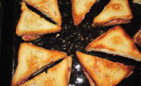 Горячие бутерброды в духовке с колбасой и сыром