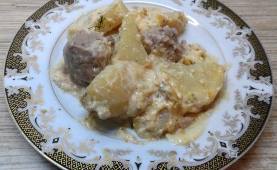 Тефтели с картошкой под сливочным соусом бешамель