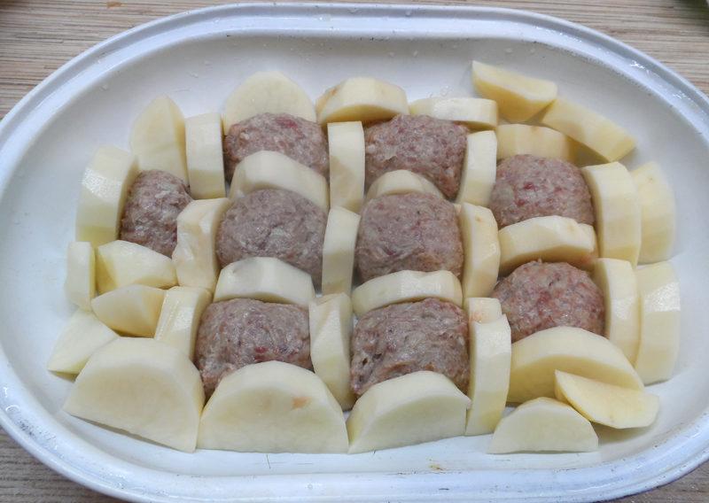 Тефтели с картошкой под соусом бешамель