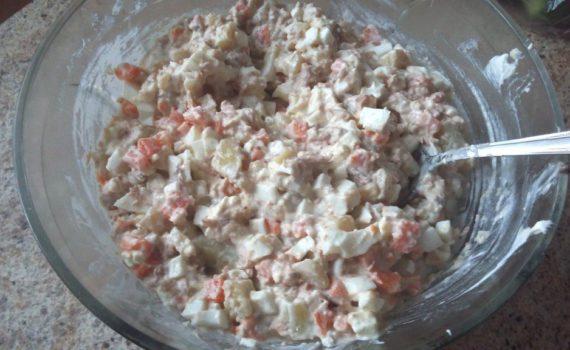 Салат из консервированного тунца с яйцом и картофелем
