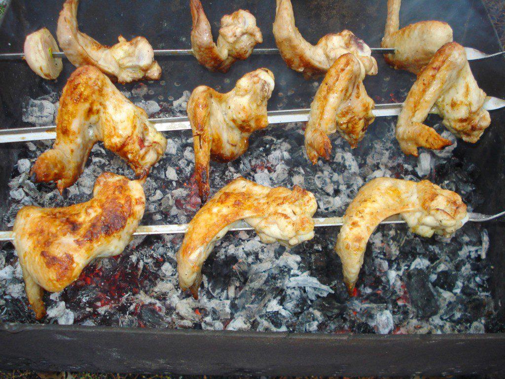 Шашлык из куриных крылышек, замоченный в вине и майонезе