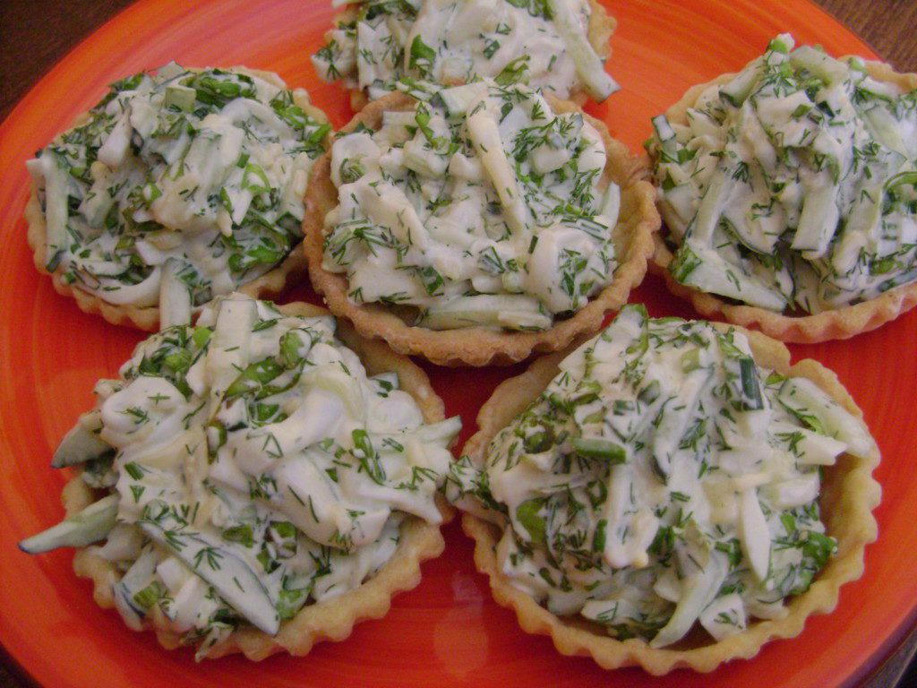 Вкусные праздничные тарталетки с кальмарами на закуску