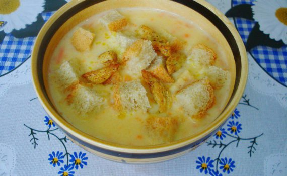 Гороховый суп-пюре с курицей, сухариками и плавленым сыром