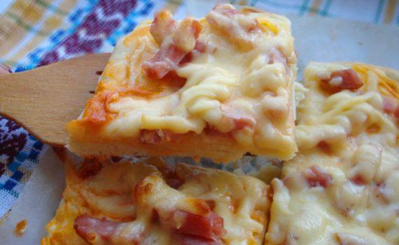 Вкусная домашняя пицца с ветчиной и сыром