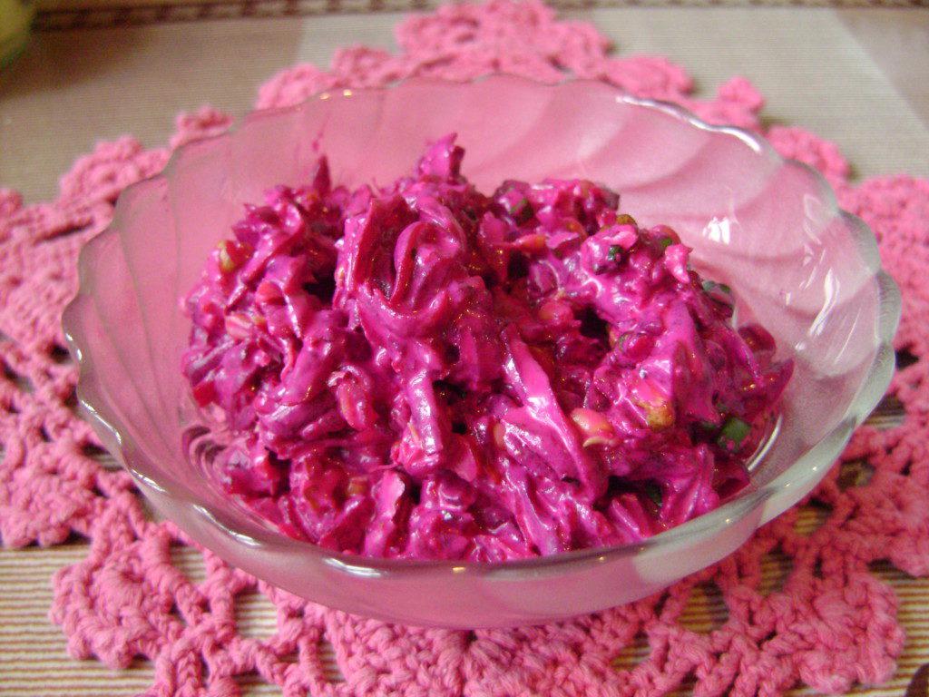 салат из свеклы с орехами, чесноком и проростками пшеницы