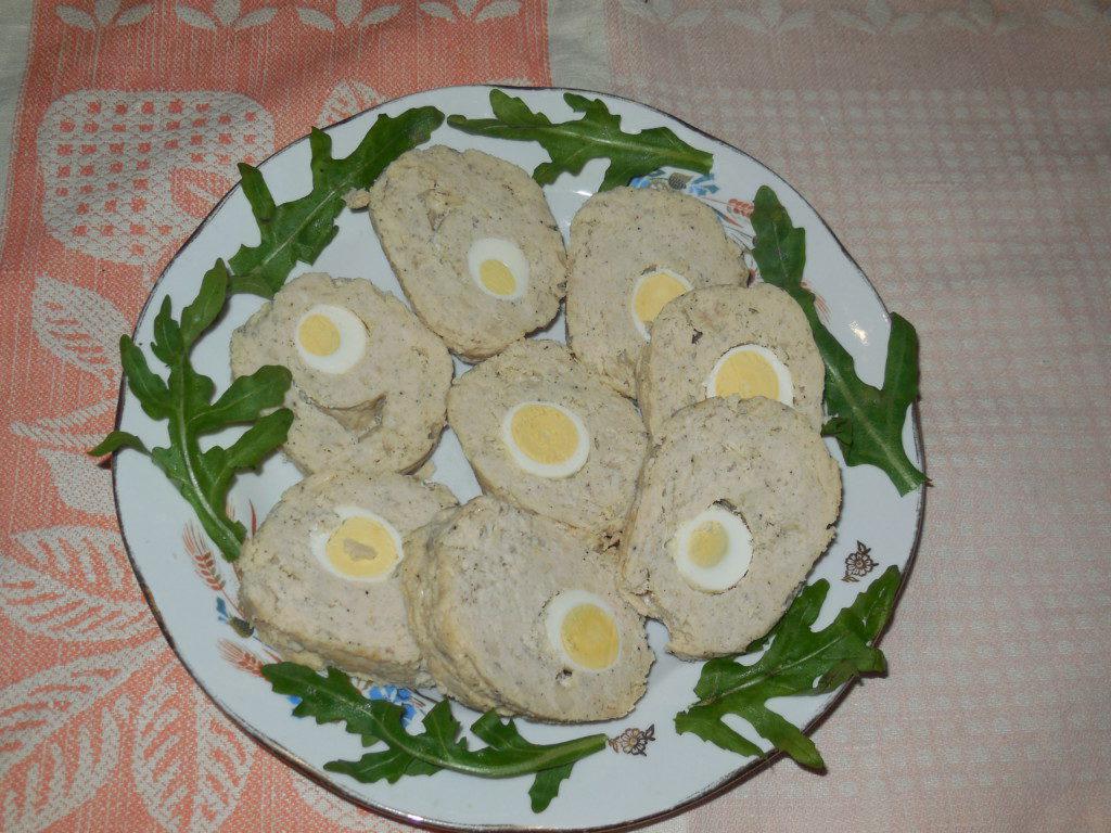 Мясной паровой рулет с перепелиными яйцами