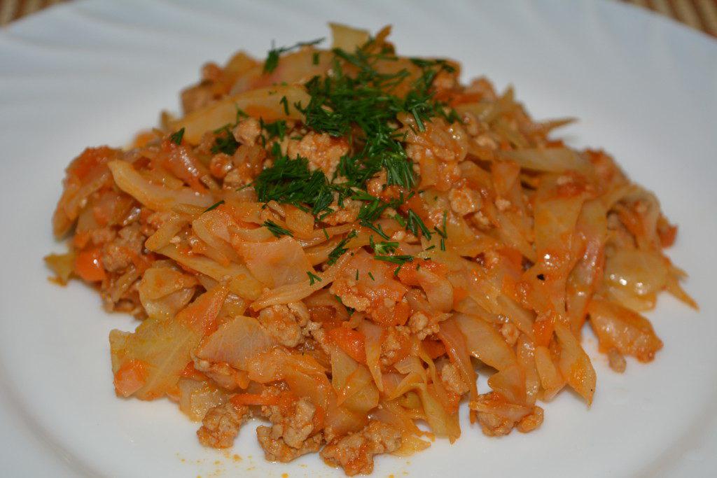 Тушеная капуста с фаршем и томатной пастой на сковороде