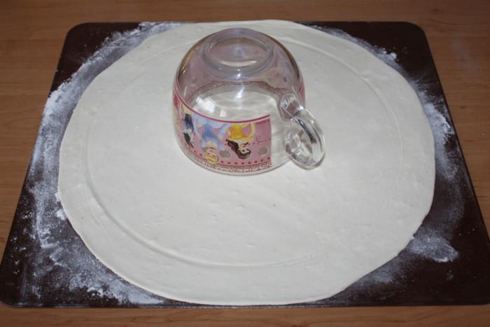 Пирог из слоеного теста с курицей и творогом