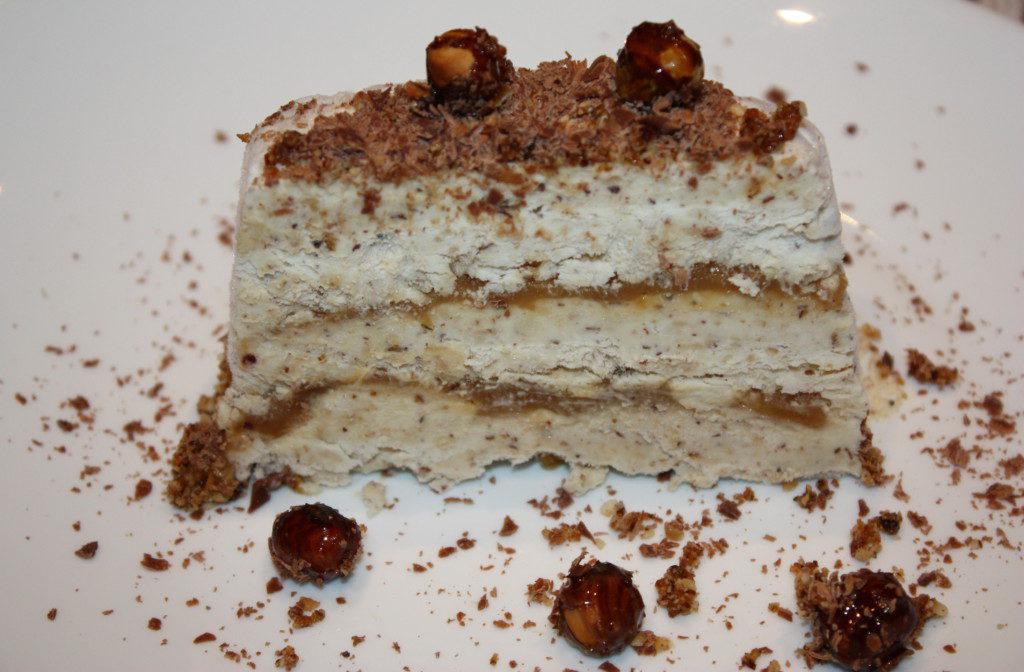 Домашний торт-мороженое Семифредо с карамельным топпингом и пралине