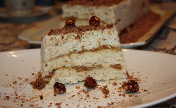 Итальянское торт-мороженое Семифредо с карамельным топпингом и пралине