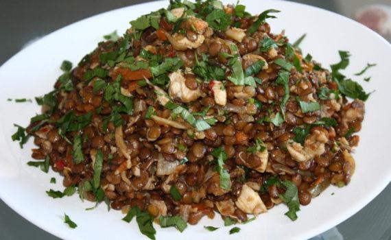 Теплый салат из чечевицы с курицей и овощами