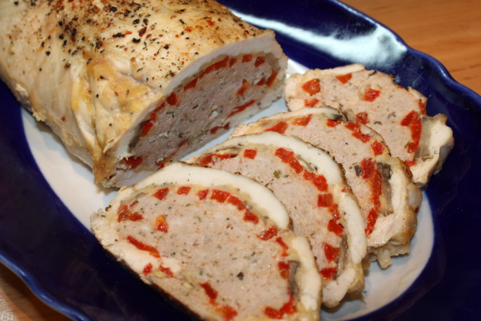 ясной рулет из куриных грудок с грибами, фаршем и красным перцем