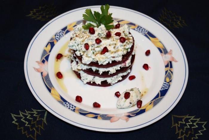 Слоеный салат из свеклы с козьим сыром и чесноком