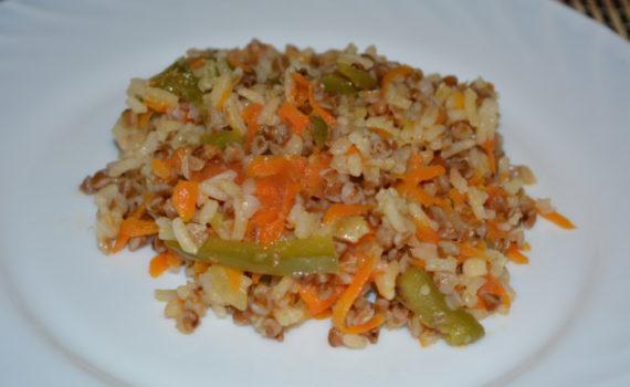 Каша: гречка с рисом вместе с овощами на сковороде