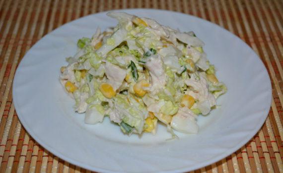 Простой салат с китайской капустой, с курицей и кукурузой