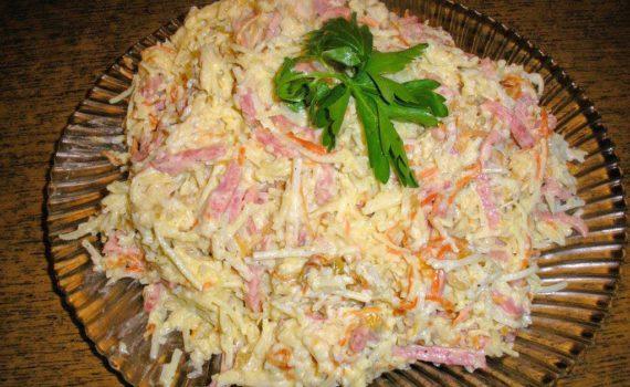 Салат с картофельной соломкой и колбасой