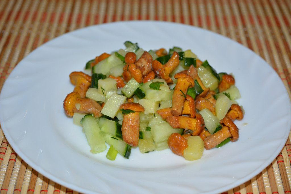 Салат с маринованными грибами, огурцами и картофелем
