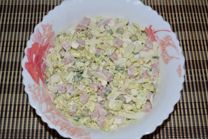 Салат с пекинской капустой, ветчиной и зеленым горошком