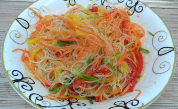 Корейский салат с фунчозой и овощами