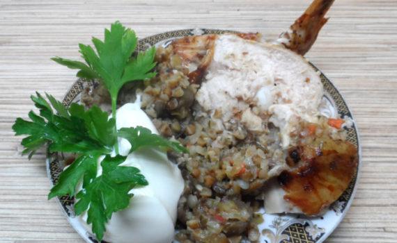 Запеченная курица без костей, фаршированная грибами и гречкой