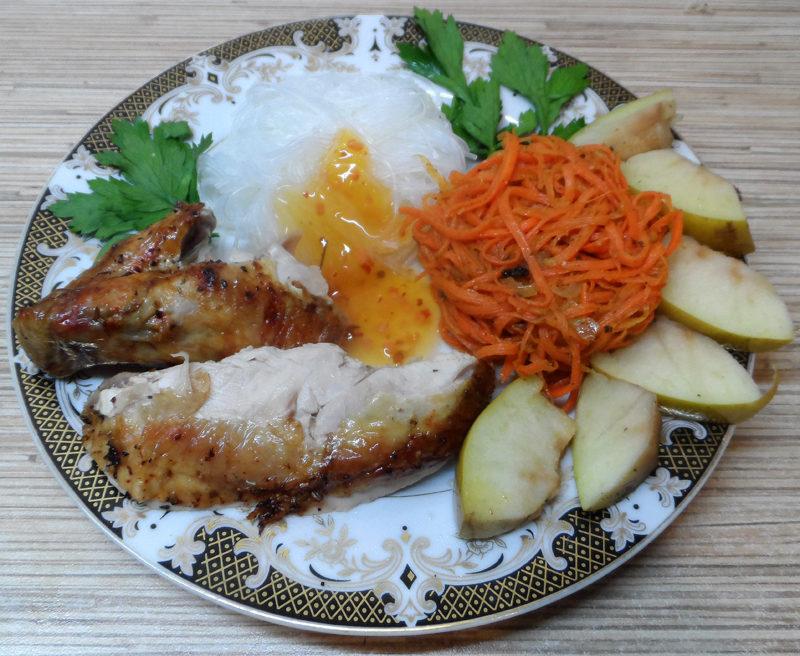 Курица запеченная с яблоками целиком